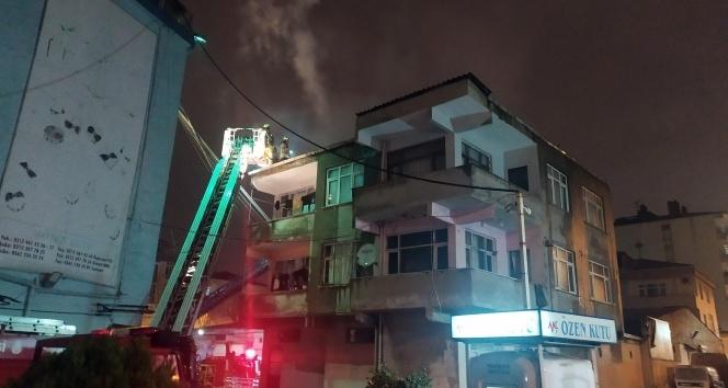 Binanın çatısı yandı, o elbiselerini kurtarma derdine düştü