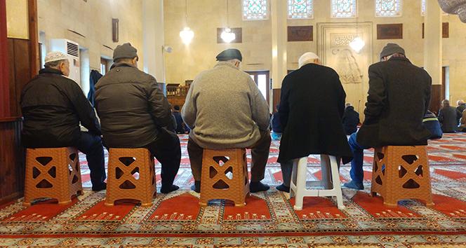 Camilerde tabureli cemaat manzarası devam ediyor