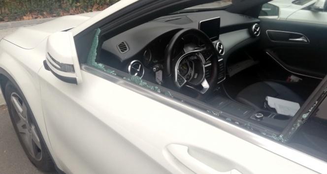 Lüks otomobilin hava yastığını çalan hırsızlar kamerada