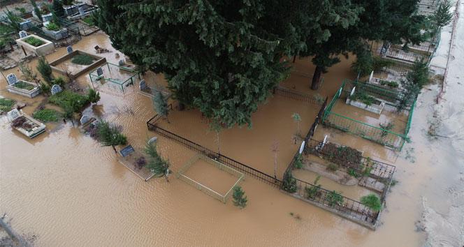 Mezarlık sular altında kaldı