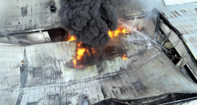 Plastik boru fabrikasındaki yangın havadan görüntülendi