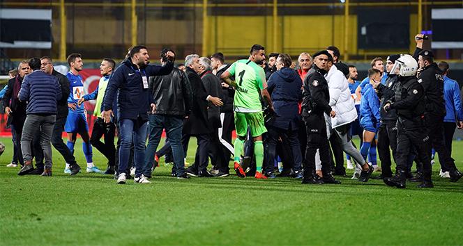 Tuzlaspor – Galatasaray maçının ardından saha karıştı
