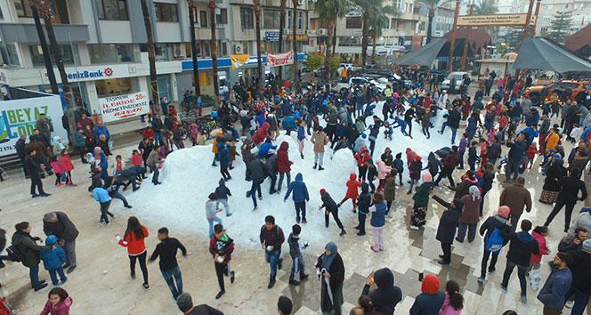 Kar görmeyen çocuklar için kamyonlarla kar getirildi