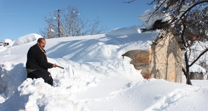 Kar yayla evlerini beyaz örtüyle kapladı