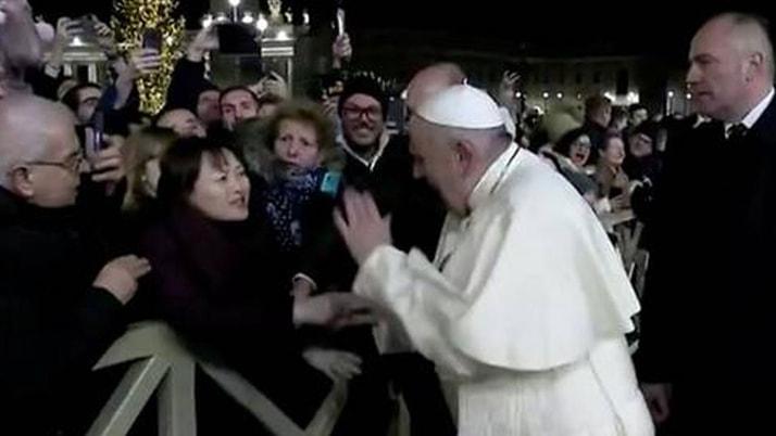 Papa'yı hiç böyle görmediniz! Elini çekiştiren kadına vurdu