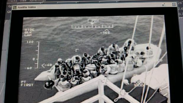 Batma tehlikesi geçiren bottaki 43 kaçak göçmen kurtarıldı