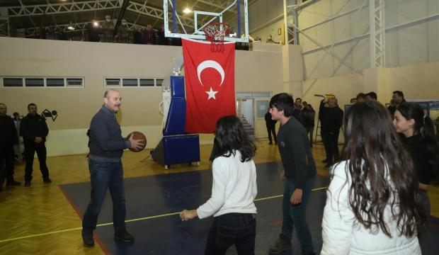 İçişleri Bakanı Süleyman Soylu depremzede çocuklarla basketbol oynadı