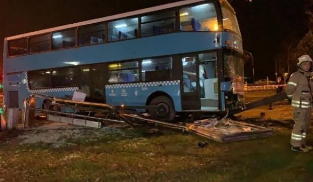 İstanbul'da otobüs durağa daldı! Ağır yaralılar var