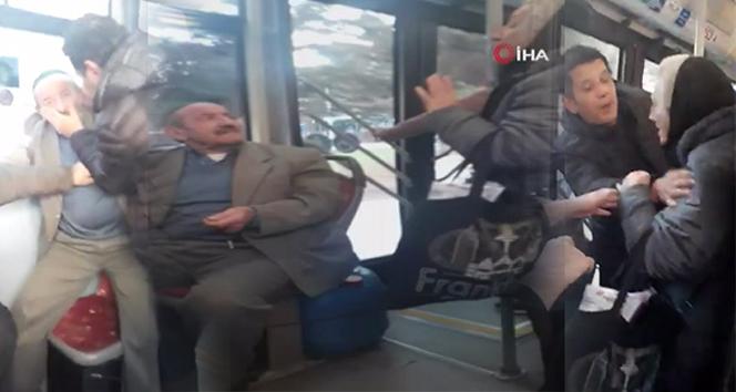 Otobüste yaşlıların kavgası kameraya yansıdı