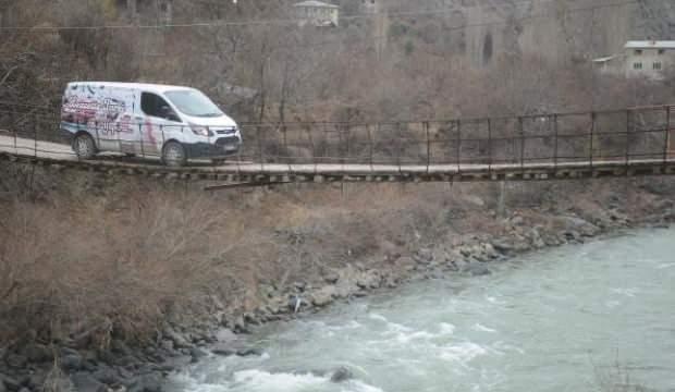Asma köprüden araçları ile geçiyorlar