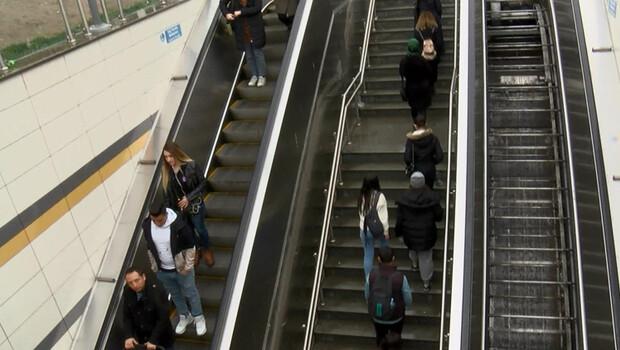 İstanbul Çekmeköy'deki metro istasyonunda yürüyen merdiven çilesi