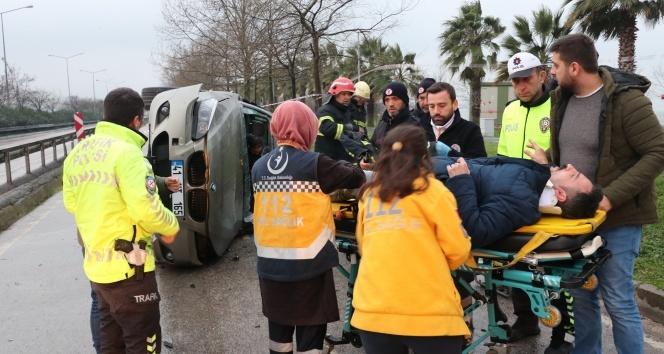 Lüks otomobil bariyerlere çarpıp yan yattı: 2 yaralı