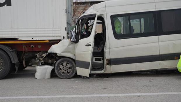 Minibüs, tıra çarptı: 1 ölü, 3 yaralı