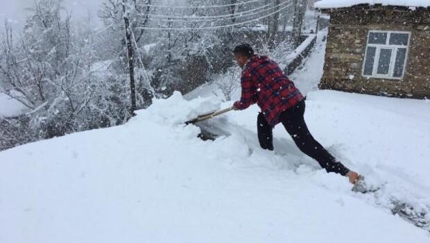 Bahçesaray'ın yükseklerinde kar kalınlığı 20 santimetreye ulaştı