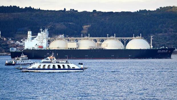 Dev doğal gaz tankeri Çanakkale Boğazı'ndan geçti