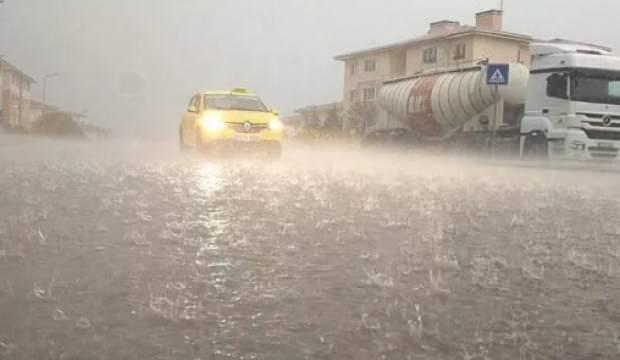 Edirne'de 10 dakikalık yağmur hayatı felç etti