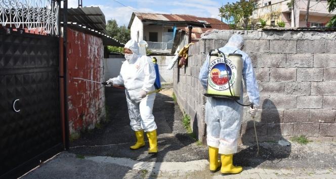 Kadın başkan tulum giyip mahalleyi dezenfekte etti