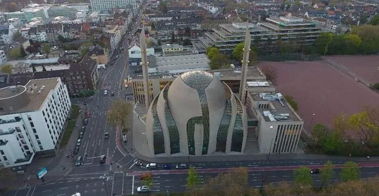 Köln'de açılışını Cumhurbaşkanı Erdoğan'ın yaptığı camide ezan ilk kez hoparlörlerden okundu