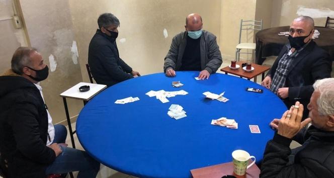 Korona virüse rağmen kumar oynanan iş yerinde 14 kişi yakalandı