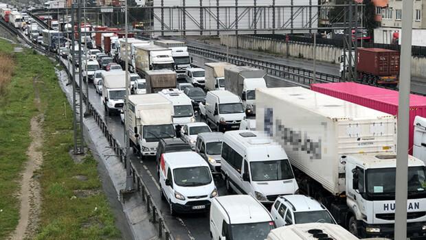 Son dakika haberler: TEM bağlantı yolunda kaza! Kilometrelerce kuyruk oluştu…