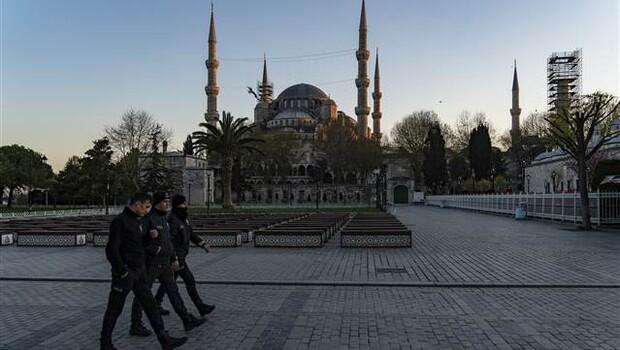 Sultanahmet Meydanı'nda koronavirüs sessizliği