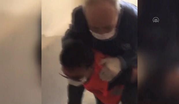 Vefa Sosyal Destek Grubu görevlisi, hastayı sırtında taşıdı
