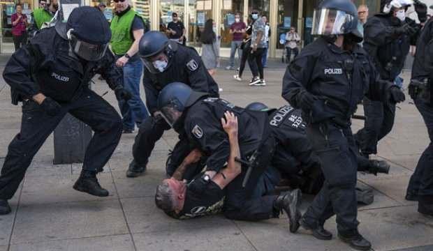 Almanya'da Kovid-19 tedirleri protesto edildi