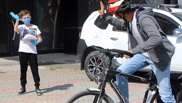 Bisikletiyle 17 öğrencisine her hafta kitap dağıtıyor