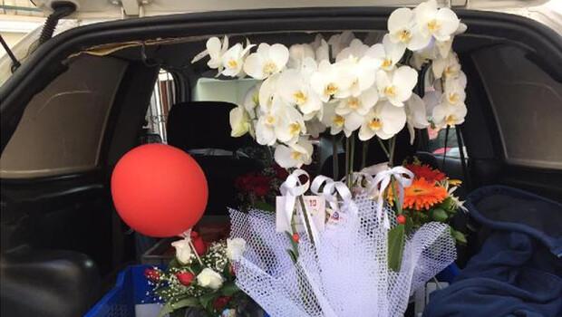 Çiçekçiler dağıtıma devam ediyor