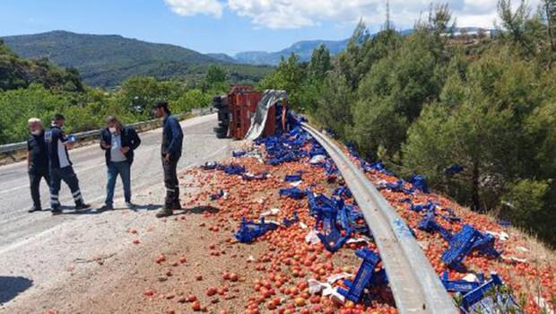 Devrilen kamyonda yüklü 20 ton domates yola saçıldı