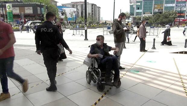 Esenyurt'ta ATM'den parasına çekemeyen engelliye polis yardım etti