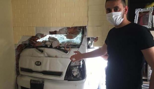 Freni patlayan kamyonet eve girdi
