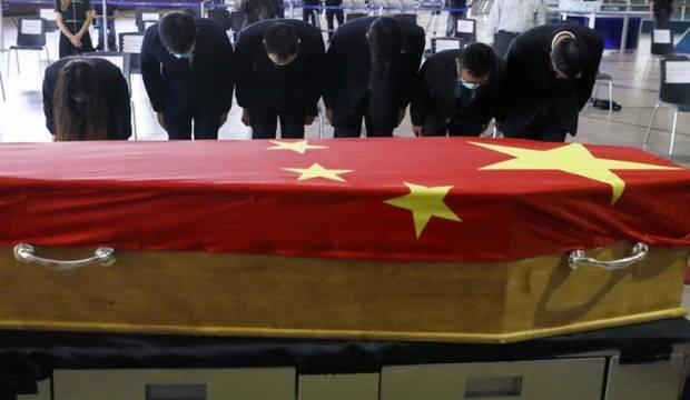 Havalimanında Çin bayrağına sarılmış bu tabut olay oldu