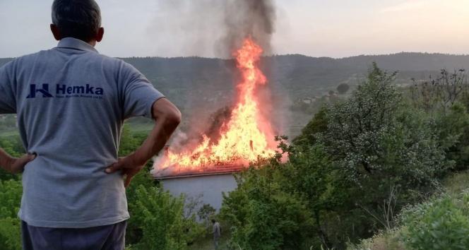İftar vakti sıcak saatler…Gözleme yaparken evi yaktılar