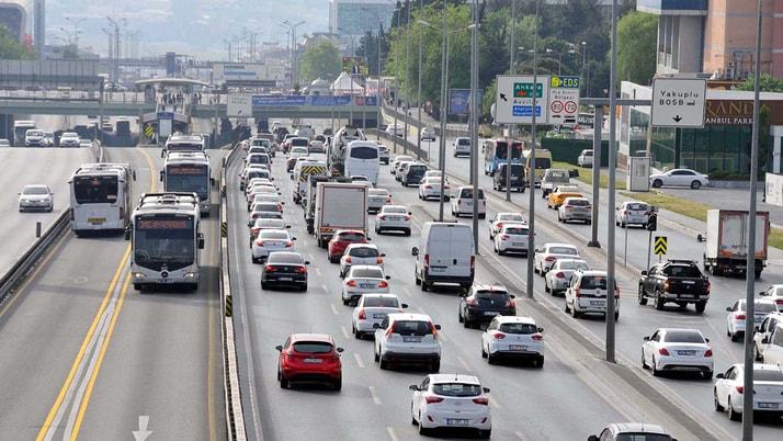 İstanbul'da kısıtlamanın sona ermesinin ardından Altuniza'de de trafik kilitlendi