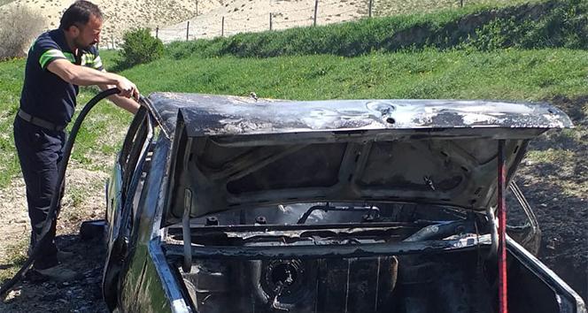 Jandarmanın geldiğini duyunca otomobilini ateşe verdi