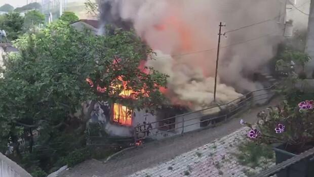 Kağıthane'de gecekondu alev alev yandı