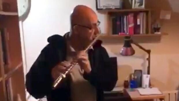 Koronavirüsü yenen doktor, meslektaşlarına flüt çalarak teşekkür etti