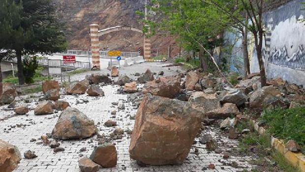 Maden'de köprü girişine kaya parçaları yuvarlandı