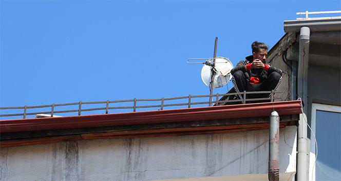 Mahsur kaldığı çatıda bağdaş kurarak kurtarılmayı bekledi