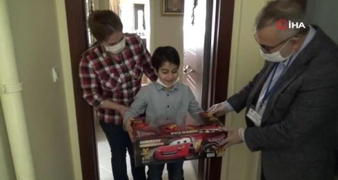Maltepe Kaymakamlığı kısıtlama günlerinde oyuncak isteyen çocuğun isteğini geri çevirmedi
