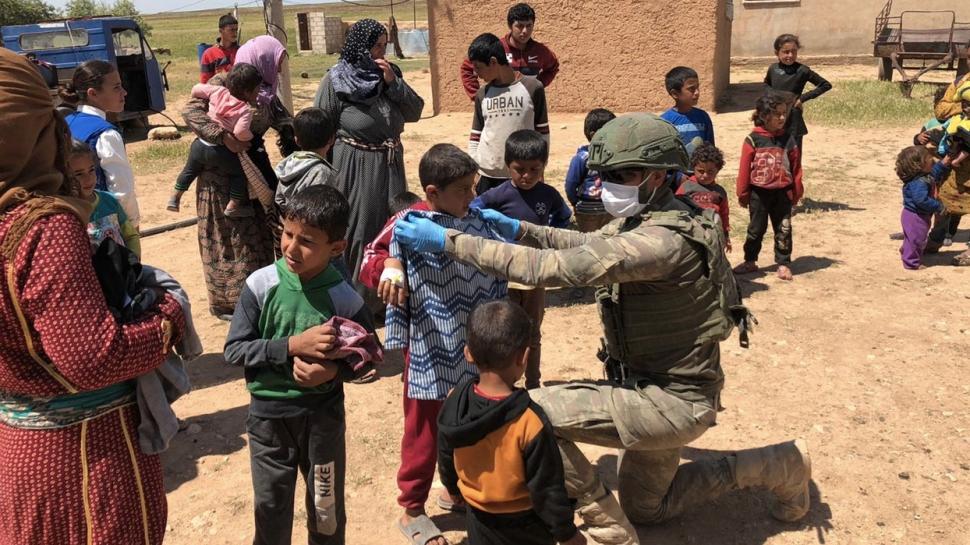 Mehmetçik Barış Pınarı bölgesinde 372 çocuğun yüzünü güldürdü
