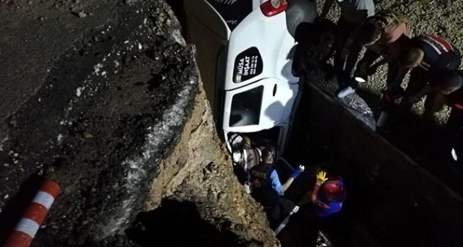 Otomobil menfez çukuruna düştü, baba ve oğlu öldü