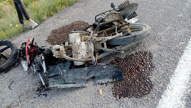 Otomobille motosiklet çarpıştı: 1'i ağır 2 yaralı