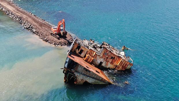 Şile'de karaya oturan gemide 17 ay sonra gelişme: Parçalanarak karaya çıkarılıyor