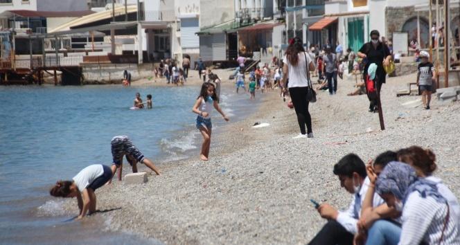 Sokağa çıkmayı tamamen yanlış anladılar, denize girdiler
