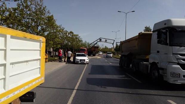 Sultangazi'de damperi açılan hafriyat kamyonu hız tabelası direğini yerinden söktü