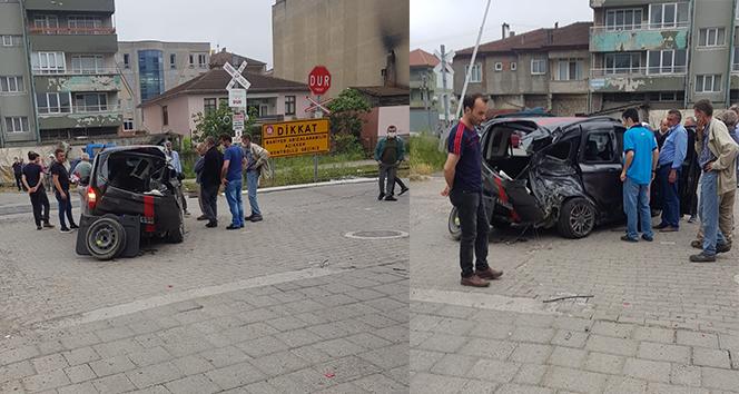 Trenin çarptığı araç hurdaya döndü, sürücü yara almadan kurtuldu
