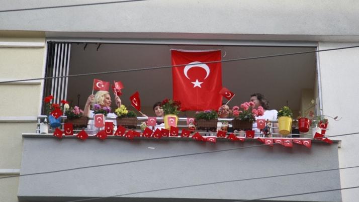 Tüm Türkiye balkonlara çıkarak İstiklal Marşı okudu