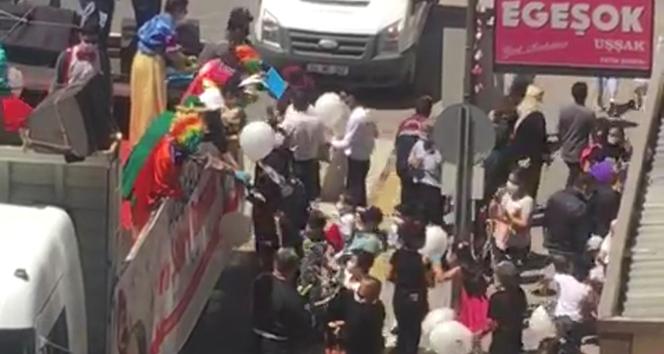 Ücretsiz balon izdihama neden oldu, sosyal mesafe unutuldu
